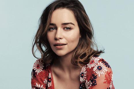 ¿Por qué la madre de Emilia Clarke y 200 personas más ya saben cómo acaba 'Juego de Tronos'?