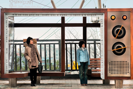 Dieter Leistner: el arte de fotografiar a personas esperando al bus