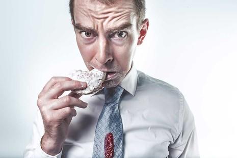 Bruscos despertares, café matinal, horarios caóticos...: estos son los 9 malos hábitos que harán que tu salud se resienta